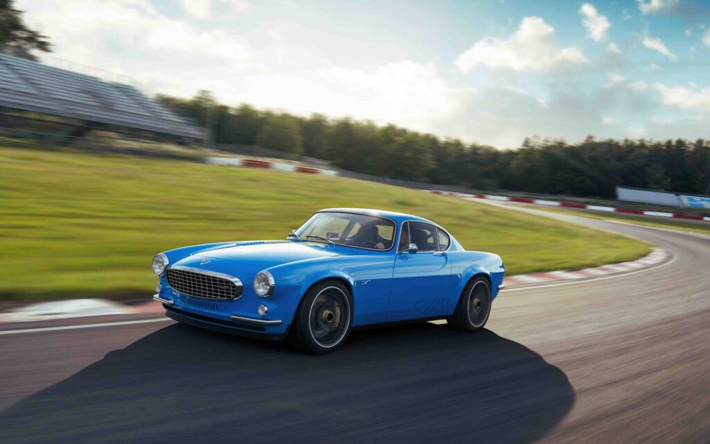 VolvoP1800 Cyan racing around a track